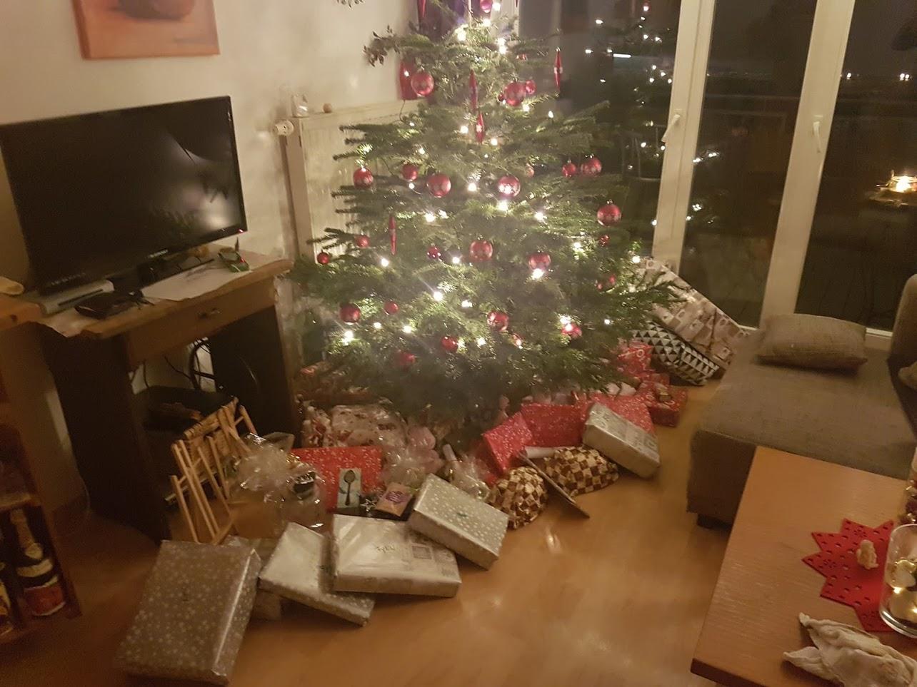 Zu viele Geschenke unter dem Weihnachtsbaum