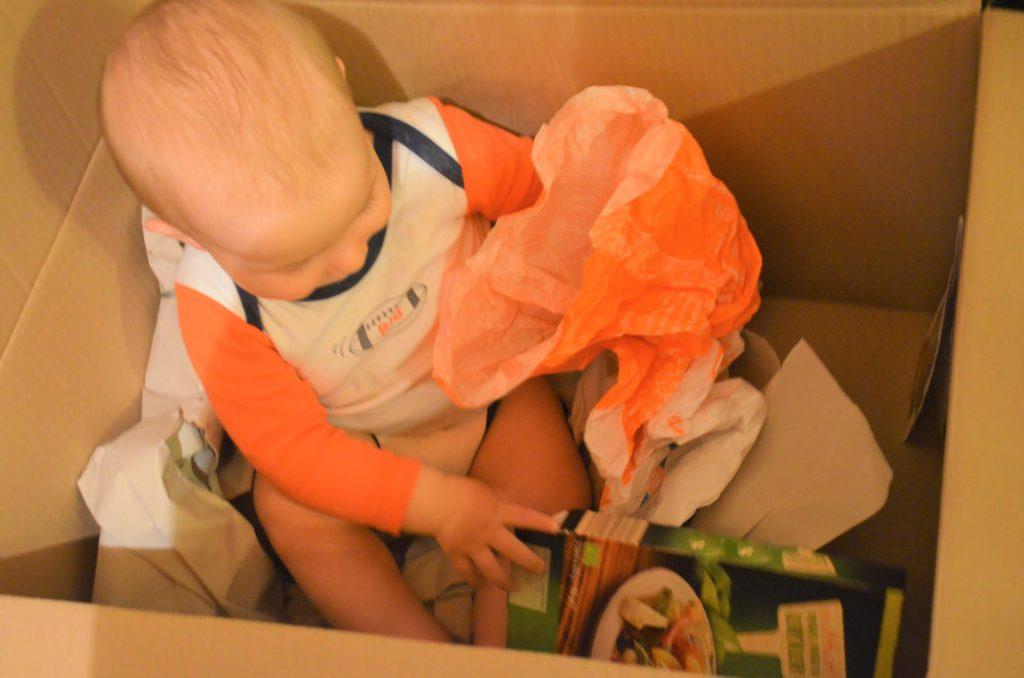 Kind im Karton
