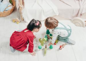 Kinder beim Tiere spielen