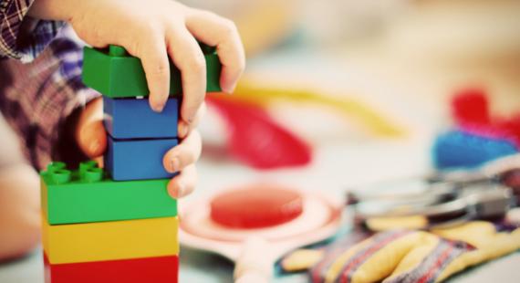Kind beim Bauklötze bauen