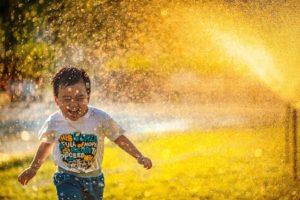 Junge rennt durch Regen